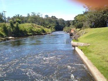 Devolução da água ao leito natural do rio, a água volta do jeito que entrou, e até mais oxigenada melhorando a vida dos peixes.